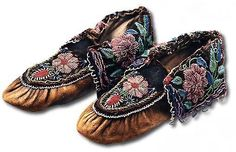 Mémoires Amérique française --- Haudenosaunee (Iroquois) Moccasins made c. Roseanne's Comment: Thus pair has to be the most finely beaded pair of Haudenosaunee moccasins I have ever seen. They are magnificent! Beaded Shoes, Beaded Moccasins, Native American Artifacts, Native American Beadwork, Sw Shoes, Woodland Indians, Native American Moccasins, Jingle Dress, Beadwork Designs