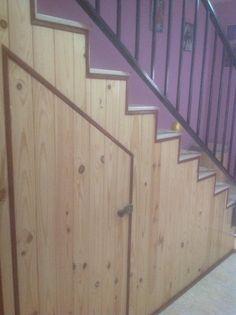 Mueble debajo de escalera de pino.