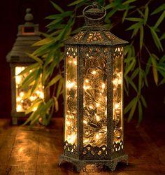 Fios de luz de Natal usadas dentro de luminárias de ferro