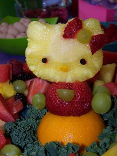 Hello Kitty Birthday Party Ideas / hello kitty out of fruit! Anniversaire Hello Kitty, Hello Kitty Themes, Fruit Decorations, Veggie Tray, Edible Arrangements, Fruit Art, Fruit Food, Fruit Plate, Food Food