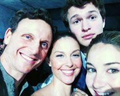 Divergent- The Prior Family! Tony Goldwyn (Andrew Prior), Ashley Judd (Natalie Prior), Ansel Elgort (Caleb Prior), and Shailene Woodley (Tris Prior). Divergent Hunger Games, Divergent Fandom, Divergent Funny, Divergent Trilogy, Divergent Insurgent Allegiant, Divergent Quotes, Veronica Roth, Theo James, Tris Et Quatre