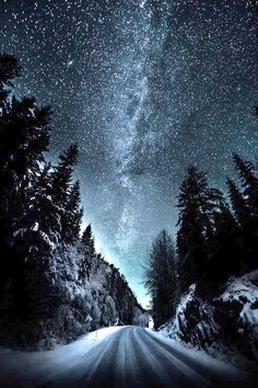 Wallpaper of winter road on a dark night full of the star in the sky. Beautiful World, Beautiful Places, Landscape Photography, Nature Photography, Photography Pics, Photography Backgrounds, Amazing Photography, Travel Photography, Ciel Nocturne