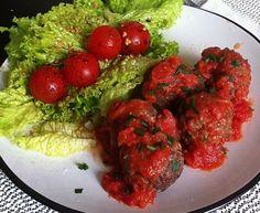 Almondegas, molho de tomate e salada