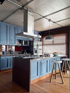 PEGADA MASCULINA A cozinha deste apartamento teve inspiração em uma revista de decoração inglesa, que mostrava armários azuis e ilha central