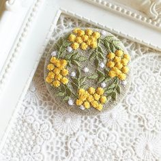 リネン 黄色い実のリース 刺繍のブローチ 丸 50ミリ|ブローチ|Le chat en argent|ハンドメイド通販・販売のCreema
