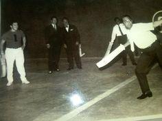 El gobernador de Yakarta Ali Sadikin (años 70) juega a cesta punta en el Jai Alai de esa ciudad