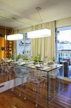 mesa de vidro e cadeiras ghost