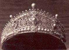 """La """"Diadema Perdida"""" que la princesa Alice lució en la boda de su hermano, el futuro rey Eduardo VII. Esta tiara fue hecha por Köchert en un trabajo impecable por el que consiguió el Primer Premio en joyería en la Exposición Mundial. También llamada la """"Diadema Bizantina"""", con sus yuxtaposiciones armoniosas de diamantes y perlas."""