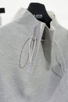 ideas for sweatshirt fashion design grey Moda Chic, T Magazine, Fashion Details, Fashion Design, Estilo Fashion, Fabric Manipulation, Mode Inspiration, Mode Style, Ss16