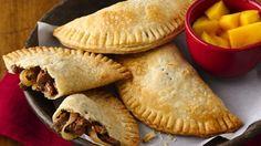 These authentic empanadas from Peru can easily be made at home using prepared pie crust! Peruvian Dishes, Peruvian Cuisine, Peruvian Recipes, Chefs, Beef Empanadas, Latin Food, International Recipes, Food Presentation, Gastronomia