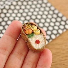 この角度から撮ると分かりづらいですが豆型のわっぱ。カタチがかわいいです #miniature #wappa #bento #ミニチュア弁当 #わっぱ弁当 #マグネット #豆型お弁当箱 #わっぱ #みすみ工房