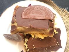 Easy No Bake Terry& Chocolate Orange Millionaire& Shortbread recipe that& ready in just 10 minutes! So easy, anyone can make it! Yummy Treats, Sweet Treats, Yummy Food, Orange Recipes, Sweet Recipes, Millionaire Shortbread Recipe, Baking Recipes, Cake Recipes, Dessert Recipes
