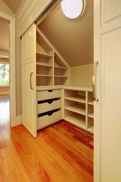 Les portes coulissantes de ce dressing sous les toits définit non pas un placard, mais un espace sous combles entier dans lequel peuvent être installés tiroirs, étagères et penderie.