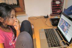 Piyatida sieht sich YouTube Clips an an Verblödfernsehen hat sie kein Interesse