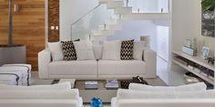 Decorar uma sala com uma escada no meio pode ser um grande desafio. Como escolher os móveis e como ocupar o tão temido espaço embaixo da escada? Vamos te ensinar tudo aqui!
