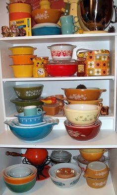 vintage pyrex...gorgeous! If anyone EVER wants to know what to get me for  Christmas,this is it :)-celina