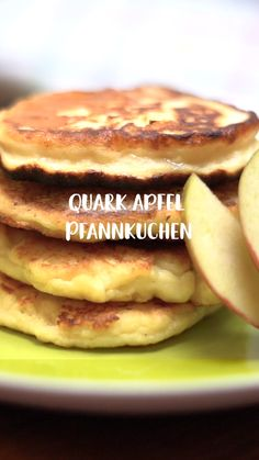 Quark-Apfel-Pfannkuchen Quark apple pancakes are so easy and yet they taste SENSATIONALLY good! They owe that to the curd, because it brings the absolute fluffiness into the cupcakes. Quick Easy Healthy Meals, Healthy Low Calorie Meals, Healthy Meals For Kids, Healthy Dessert Recipes, Easy Snacks, Smoothie Recipes, Smoothie Detox, Healthy Snacks, Healthy Vegetarian Breakfast