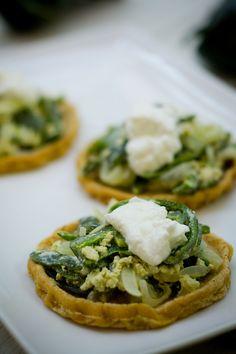 Prueba esta exquisita receta de sopes poblanos. Los sopes se hacen con masa de tortillas y el relleno es una mezcla de rajas con yoghurt estilo griego. Una combinación que te encantará.