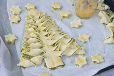 Hartige kerstboom van bladerdeeg Cupcake Cakes, Cupcakes, My Recipes, Pesto, Food And Drink, Menu, Bread, Cheese, Dinner