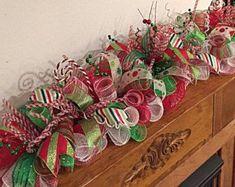 Gingerbread Christmas Decor, Grinch Christmas Decorations, Christmas Swags, Christmas Arrangements, Whimsical Christmas, Christmas Candle, Christmas Centerpieces, Red Christmas, Whoville Christmas
