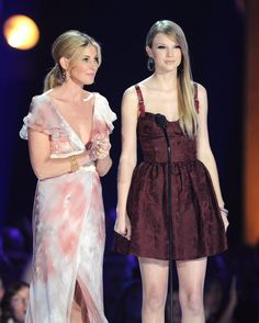 Taylor Swift and Faith Hill Photos - Backstage at the 47th Annual CMA Awards - Zimbio