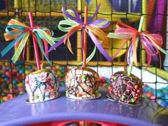 Include a candy bar with sweet selection: pop rocks, sour patch kids, ring pops… Sour Patch Kids, Caramel Candy, Caramel Apples, My Dessert, Candy Apples, Cake Pops, Wedding Reception, Birthdays, Sweet