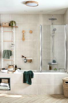 Teintes douces et naturelles, éclairage soigné, rangements adaptés... Pour bien débuter la journée, la salle de bains se fait à la fois pratique et rassurante. Bel aplat de vert, touches de bois clair et plantes suspendues composent une atmosphère apaisante et sereine. Découvrez comment aménager et décorer votre salle de bains avec nos idées ! Passion Deco, Deco Addict, Beer Opener, Beautiful Bathrooms, Bathroom Hooks, Wardrobe Rack, Inspiration, Home Decor, Leroy Merlin