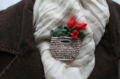 """Купить Брошь """"Сумочка с тюльпанами"""" - комбинированный, красный, зеленый, брошь ручной работы, брошь Crochet Brooch, Knit Crochet, Crochet Home Decor, Lace Making, Easy Crochet Patterns, Butterfly Wings, Crochet Accessories, Crochet For Kids, Beautiful Crochet"""