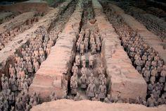 #Chine #Xian Cette armée de soldats de terre cuite représente l'une des découvertes archéologiques les plus importantes du XXème siècle. Dissimulés dans un souterrain, ces milliers de soldats grandeur natrure veillèrent en silence pendant plus de deux millénaires sur l'âme du premier empereur de Chine Qin Shi Huang. Le plus incroyable est qu'il n'existe pas deux visages identiques. http://vp.etr.im/a0d4