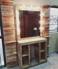 Creative & Cheap Wooden Pallet Projects - 5 Min Ideas Here we have a compilation of all inspiring and mind-tickling projects that will require a few buck Wooden Pallet Table, Pallet Wall Decor, Pallet Walls, Wooden Pallet Projects, Pallet Crafts, Wooden Pallets, Pallet Ideas, Pallet Benches, Pallet Bar