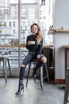 Black Clothes Wardrobe - Nailing the All Black Outfit, A Wardrobe Essential. Source by mailennachzahlen outfit black Black Outfit Edgy, Burgundy Outfit, Monochrome Outfit, 1960s Fashion, Big Fashion, Autumn Fashion, Fashion Outfits, Woman Outfits, All Black Fashion