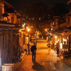 Instagram【1636no】さんの写真をピンしています。 《#京都 #夜の二年坂 #京都の夜 #夜景 #洛東#坂 #kyoto #Night #Alley of Kyoto#Allée de Kyoto#Noite do Quioto#nikon #nikon d750》