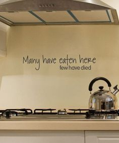 küche dekorieren hellbraune wand wandsticker wandspruch ofen teekessel