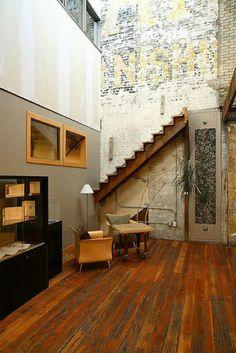 sol en parquet, en bois, mur blanc de briques blancs, escalier en bois