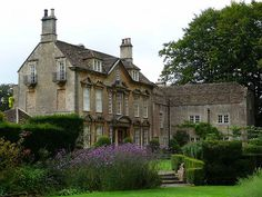 lovenationaltrust: The Courts Garden - Wiltshire (Gypsy Purple home. English Manor, English House, English Countryside, Beautiful Buildings, Beautiful Homes, Estilo Tudor, Architecture Design, Purple Home, Country Estate