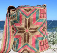 Mobolso - Lorinda - Wayuu Mochila #Wayuu #Mochila #handmade #fashion #fairtrade #boho #festival #bag #summer #beach #color #sydney #australia #germany #netherlands #france #italy #brasil #colombia Tapestry Bag, Tapestry Crochet, Handmade Purses, Handmade Clutch, Crochet Stitches, Crochet Patterns, Ethnic Bag, Fillet Crochet, Crochet Purses