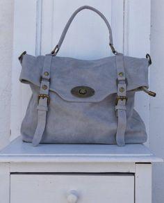 2bdb1b875e Borsa in pelle color grigio chiaro con maniglia e cinturino allungabile per  portarla a tracolla.