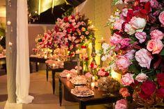 Eu amo decorações de casamento clássicas. Flores brancas e até mesmo aquelas com tons suaves são sempre uma ótima pedida, e a chance de alguma coisa dar e
