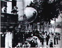 PARIS: Em 23 de junho de 1903 - Santos Dumont desce com seu Balão-dirigível número 9 na calçada de sua residência em - Champs Elysées, 114 Santos Dumond, Motor A Gasolina, Junho, Vivo, Flyers, Brazil, Clouds, Old Pictures, Dads