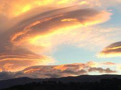 Así de asombroso se ve el cielo sobre Sierra Nevada y el Valle de Lecrín en días de otoño..  Gracias a nuestro amigo +Roque Lopezpor compartir esta foto