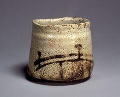 志野橋文茶碗 銘「橋姫」(桃山時代、高11.5/口径12.5/高台径6.0、東京国立博物館)。岐阜県東南部に広がる美濃窯の中で,土岐市の久尻から可児市の大萱にかけての一帯の窯は特に優れた桃山様式の焼物を焼いたことで知られている。この志野茶碗はそうした作品のひとつで,大振りで筒形の力強い造形に,奔放な筆致で橋と苫屋が描かれる。志野のなかでも古格の堂々たる作風を示す作品である。
