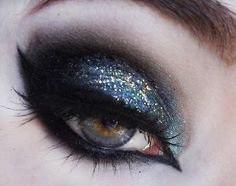 Goth makeup. And so perfect. Ugh. ❤️