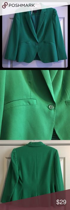 The Limited green blazer🍀🍀 Gorgeous, EUC Blazer from The Limited. Even the lining is cute! Smoke free home. I consider all offers. ❤️🌸 The Limited Jackets & Coats Blazers