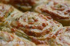 Bløde og lækre snegle med fyld af smør, persille, hvidløg og ost. Det er bare en god kombi! :-) Brug dem som tilbehør til mad eller suppe, i madpakken eller bare som et lækkert mellemmåltid :-)… Danish Food, Bread Bun, Bread Recipes, Bacon, Tapas, Lunch Box, Food And Drink, Snacks, Eat