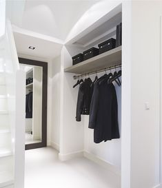 Hallway – Home Decor Designs Interior Architecture, Interior And Exterior, Sas Entree, Home Design, Interior Design, Entry Hallway, Minimalist Room, Wardrobe Closet, Smart Closet