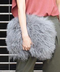 【ZOZOTOWN 送料無料】AMERI(アメリヴィンテージ)のクラッチバッグ「FLUFFY FUR BAG」(01620670)を購入できます。