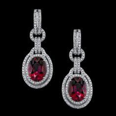 Diseñado al estilo parisino, estos elegantes pendientes rubelite gota son encadenado y acentuado con diamantes blancos.