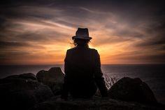 Descargar foto gratis de una mujer contemplando una puesta de sol > http://imagenesgratis.eu/imagen-gratis-de-una-mujer-contemplando-una-puesta-de-sol/