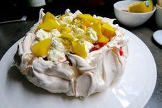 Pavlova mit Mango, Passionsfrucht & Erdbeermus