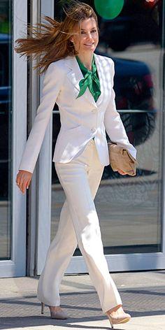 LETIZIA ORTIZ Ataviada en un traje sastre blanco, blusa verde y accesorios en nude, la princesa de Asturias lució muy elegante a su llegada al Centro de Convenciones Internacional de Barcelona, donde presidió la clausura del vigésimosegundo congreso de la European Association for Cancer Research.